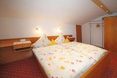 Schlafzimmer Wohnung Fellhorn im Gästehaus Claudia, Riezlern