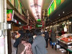 名物海鮮丼に並ぶ行列
