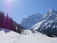 Unberührte Winterwanderwege laden im Kleinwalsertal zum Spazierengehen ein, verbunden mit Meditation ein Genuss wegezumsein.com