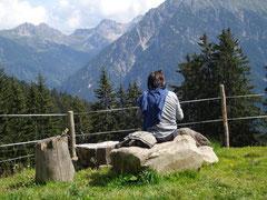Bei einer Rast den Blick schweifen lassen und die einmalige Berglandschaft des Kleinwalsertals genießen wegezumsein.com