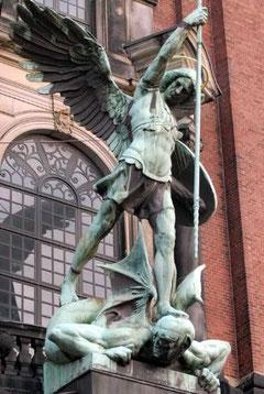 Statue über dem Hauptportal der St. Michaeliskirche in Hamburg