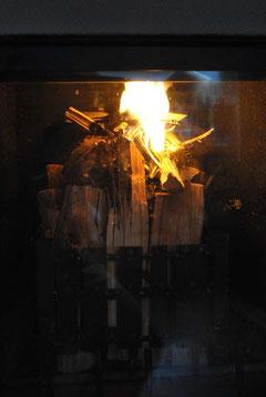 Aufrecht stehendes Holz oben entzündet