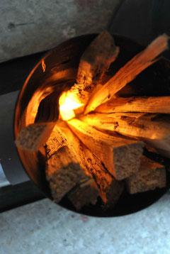 Brennender Anzünder im Holz