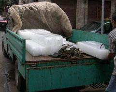 Récemment, une camionnette chargée de pains de glaces ... à Alexandrie