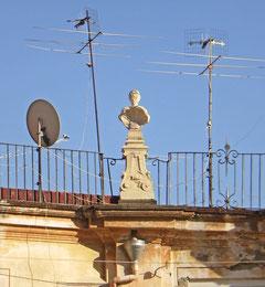 Une statue d'un palais de Naples au milieu des antennes télé