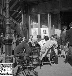 """Terrasse du café """"La Palettte"""" à Paris 6ème en 1960"""