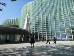 国立新美術館まえ、娘が跳んでいます。