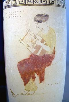 Muse mit Wiegenkithara. 440-430 v. Chr.