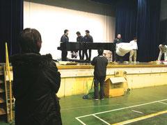 グランドピアノの移動を見守る吉俣さん