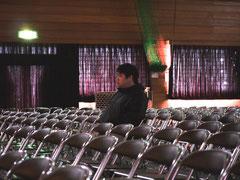 体育館のステージの様子を確認している田口くん