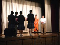 石島くんの挨拶と生徒代表の皆さんから花束贈呈。