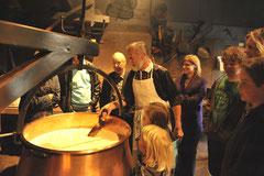 Emmentaler Schaukäserei Herstellung von Käse