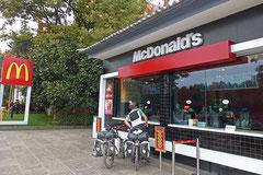 Im Drive In eines gefälschten McDonald's.