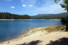 Entspannter Flecken: Bass Lake im Sierra NF.