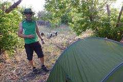 Entspanntes Campen nur mit Moskitohut.