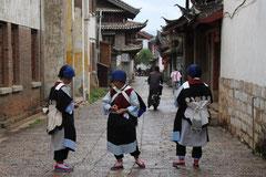 Naxi-Frauen in ihrer Tracht; Lijiang.