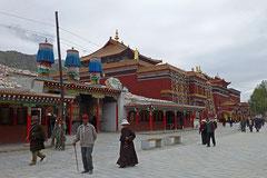 Tempel mit Gebetsmühlen ausserhalb Yushu.