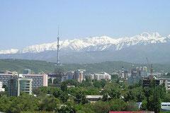 Almaty von Schneebergen umgeben.