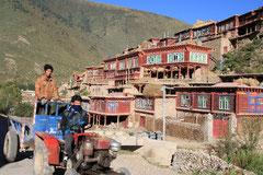 Tibetisches Dorf südlich von Sertar.