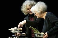 Jule Gruner und Lore Stefanek in der Inszenierung 'Das darf man nicht sagen' beim Kochen