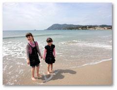 Avec ma soeur, les pieds dans l'eau