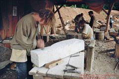 Guédelon, Steinmetz bei der Arbeit