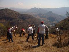 Retreat am Fusse des Toxquihua, im Hintergrund hoch über dem Dorf ist die Pyramide erkennbar.