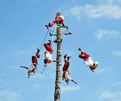 Foto: Teambuilding und uralte Ritualsymbolik der Flieger von Papantla, Veracruz, Mexiko.