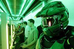 Computerspieler und ein Halo-Kostüm