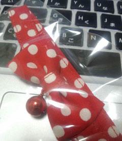 赤い水玉の蝶ネクタイ首輪