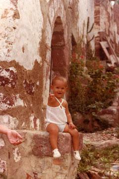 Yo con un año de edad, y la mano de mi madre.