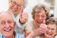 So unbeschwert wie diese Senioren können viele Totalprothesenträger das Leben leider nicht genießen. Warum? (Yuri Arcurs - Fotolia.com)