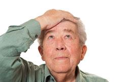 Prothesen - vor allem im Unterkiefer - verursachen oft schmerzhafte Druckstellen und man muss immer wieder zum Zahnarzt. (© damato - Fotolia.com)