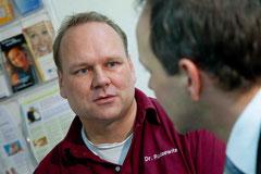 Dr. Thomas Rudzewitz berät Sie zum Thema Implantate und beantwortet Ihre Fragen.