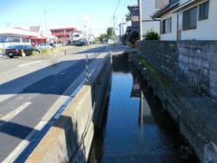 この深い水路が冠水したら…