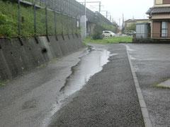 雨水が道路中央に
