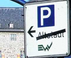 Widersprüche auch an anderen Stellen: Warum nur soll der Altstadt-Parkplatz gesperrt sein, wenn er nicht gesperrt ist, fragen sich Autofahrer schon seit langem.