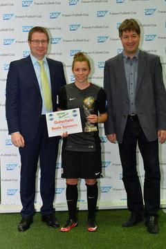 Bürgermeister Peter Seithel (l) und Lars Lamade vom Hauptsonsor SAP mit der Spielerin des Turniers, Linda Dallmann. Foto: Klaus Schwabenland