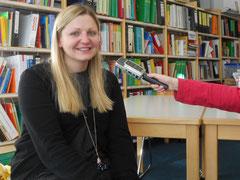 Reporterin Aglaia im Interview mit ....