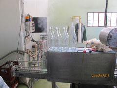 les bouteilles sont stérilisées avant de recevoir le jus de pommes
