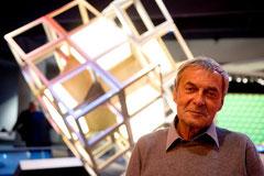 "Ernö Rubik en ""Beyond Rubik's Cube"". Tomada de http://www.ar3d.es/cubo-rubik/"
