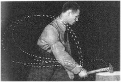 Die Verlaufskurve (gestrichelte Linie) im Bild zeigt, dass selbst bei solchen Bewegungen immer noch Schwankungen auftreten, die unzählige Male wiederholt wurden (nach Bernstein, 1968)