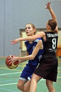 Auf dem Weg zum Brett oft nur durch Fouls zu stoppen: Flügelspielerin Katharina Scholz. Foto: Gust
