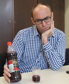 Ein Mann mit einer Flasche Salgam Suyu