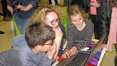 Ces ateliers sont l'occasion d'inverser les rôles : ce sont les enfants qui enseignent à leurs parents