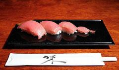 お子様寿司は、お子様の年齢に合わせた大きさで握ります。