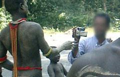 Un turista graba a un hombre jarawa en la carretera ilegal que atraviesa la tierra de esta tribu. © Survival