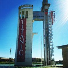 La Torre Shindler coronando el Pabellón de Navegación y anunciando la exposición Titanic. © Foto: Carmen Ortiz Claro