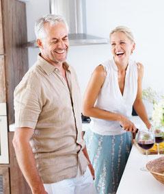 Mit fest sitzenden Zähnen fühlt man sich jünger und kann das Leben aktiver genießen.