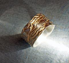 breiter Silberring mit Struktur teilvergoldet